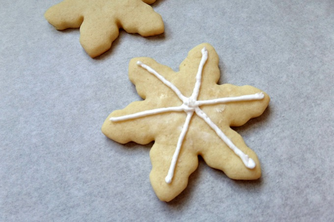 How to decorate snowflake cookie