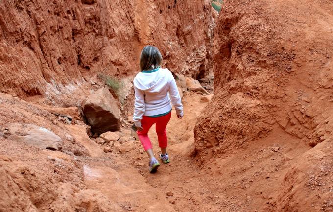 dwan-hiking-down-the-canyon