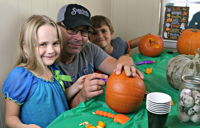 rae-and-andrew-carving-pumpkin